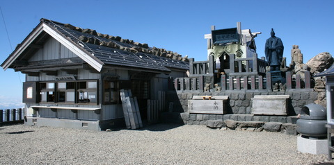 Mount_Ontake_Shinto_shrines_on_peak