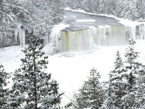 Tahquamenon_Falls_in_Winter_Michigan_1024x768