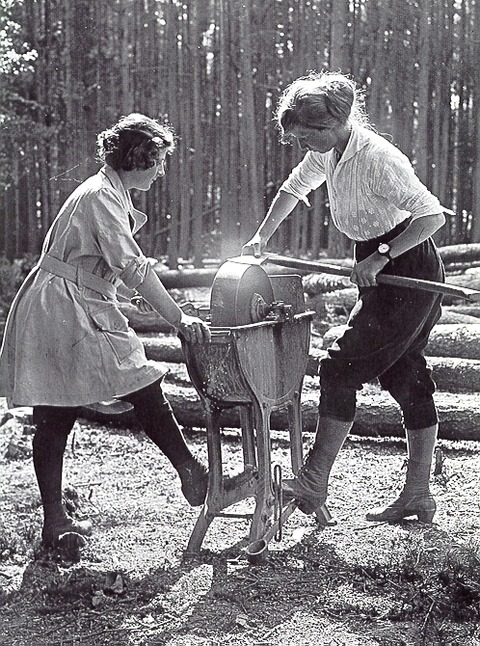 photo.women.ForestryCorp.1918
