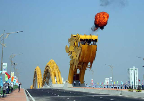 Vietnam-Unveils-a-FireBreathing-Dragon-Bridge-1