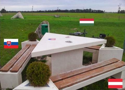 「三ヵ国の人が国外に出ることなく相席できるテーブルが東欧にある」海外の反応