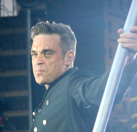 622px-Robbie_Williams_at_Sunderland_2011a_crop