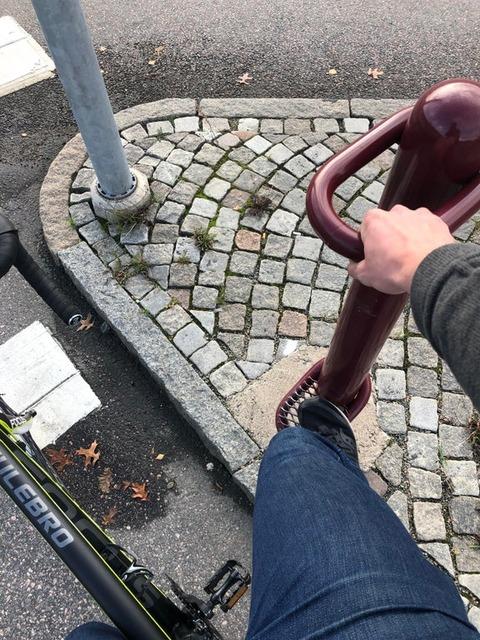 「スウェーデンには信号機付近に自転車乗りが掴まるためのポールがある」海外の反応