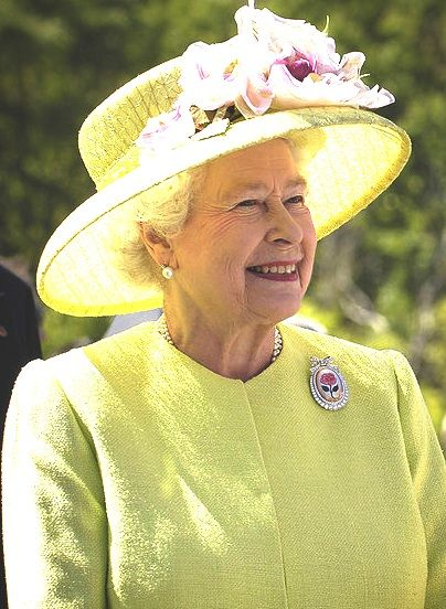 Queen_Elizabeth_II_greets_NASA_GSFC_employees_May_8_2007