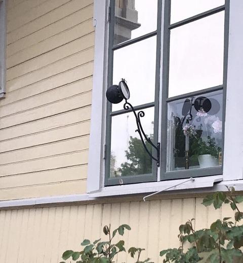 「スウェーデンの家の窓に取り付けられている変な鏡は何なのか」海外の反応