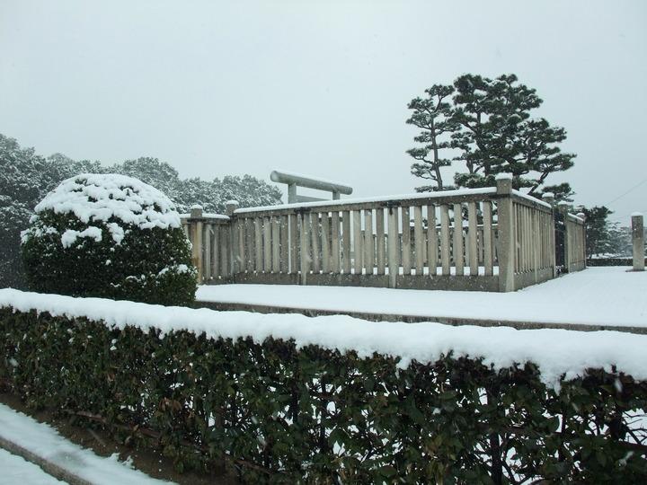 岡ミサンザイ 南西から拝所 雪化粧  (大)
