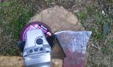 補修中の斧