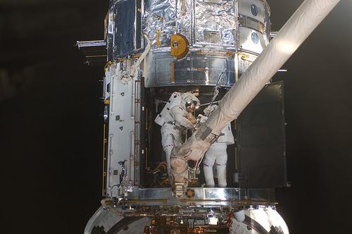 作業する宇宙飛行士 Wikipedia ウィキペディア より