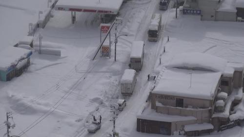 大雪で立ち往生する車両