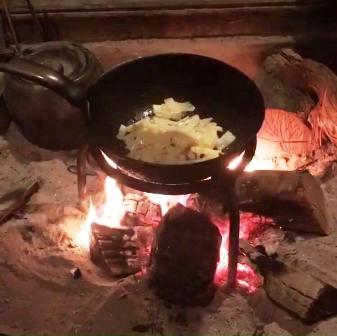 囲炉裏で炒めもの
