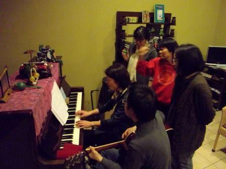 ピアノとマラカスとギター。