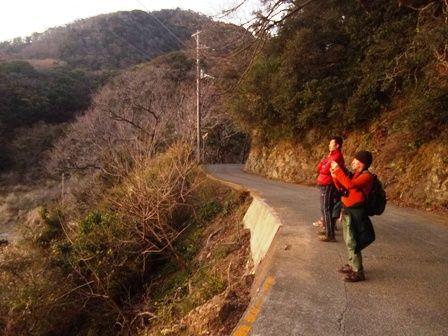 今山遊歩道 夕日に見いる人々