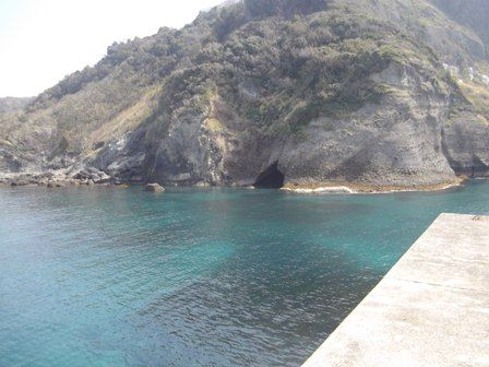 入間海岸 海に向かって左側の洞窟