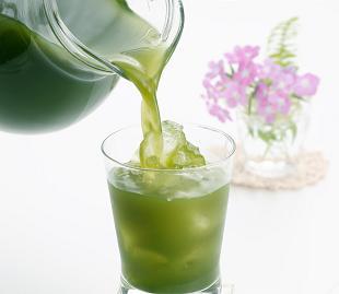 """青汁は美味しくない!そんなイメージをお持ちの方も多いと思いますが""""大麦若葉""""は抹茶風味で美味しく飲めて、体に嬉しい効果があるのです!"""
