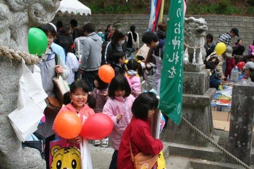 お菓子や絵本をもらい笑顔がはじける子供たち