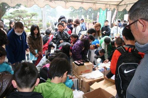 子供達に支援物資を配る3