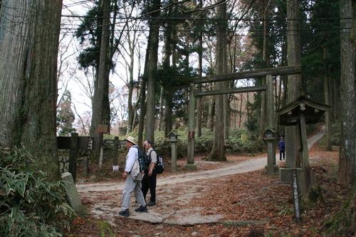 IMG_1287 右は葛城神社への道、左のダイトレ道を行く