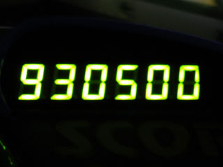 930500
