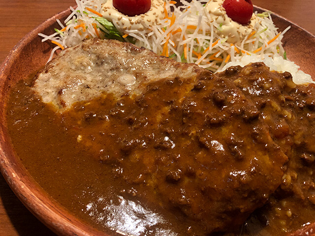 Curry Burg Dish with Extra Dish Salad