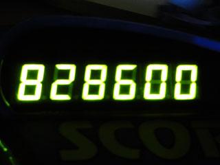 828600