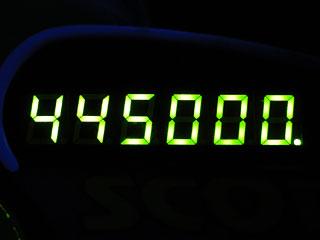445000