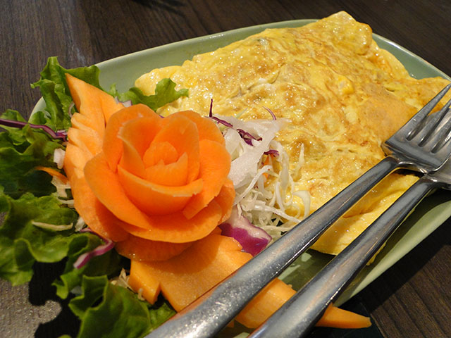 Stuffed Omelet with Tomato, Onion, and Miced Pork