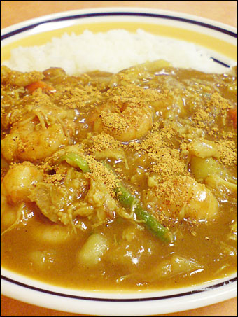 Half-Size Curry with Stewed Chicken, Shrimps, and Vegetables