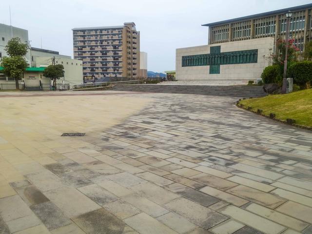 日本二十六聖人殉教記念碑の前_edit