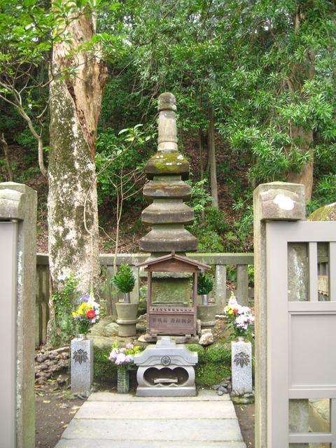 源頼朝の墓 1
