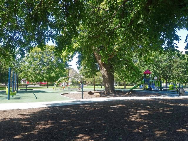 ホルムズ小学校の前の公園_edit