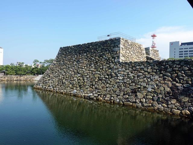 鞘橋から天守閣跡を望む 1_edit