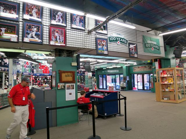 Red Sox Team Store 内 1_edit