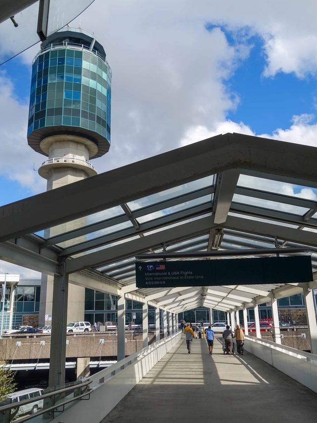 スカイトレイン乗り場から空港を望む 4_edit