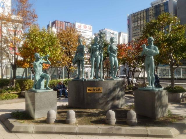 JR 札幌駅前の牧歌の像_edit