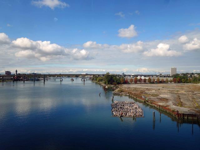 スカイトレイン車内からフレーザー川を望む 1_edit