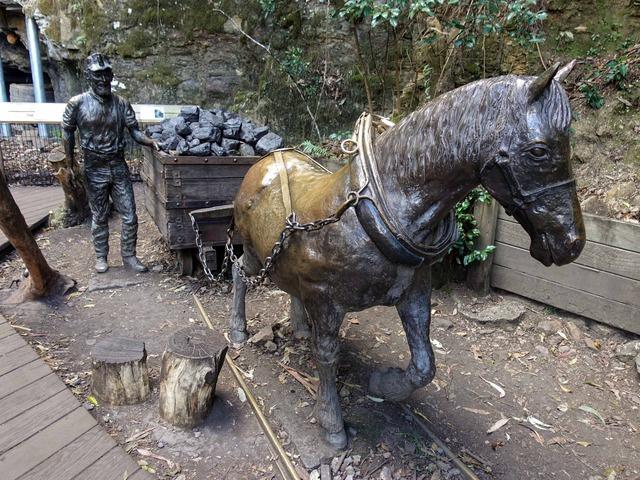 炭鉱夫と石炭を運ぶ馬のブロンズ像 2_edit
