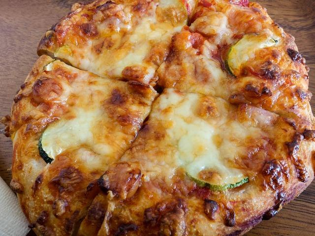 ソーセージ,トマト,ズッキーニのピザ 3_edit