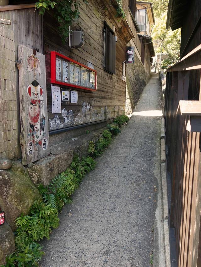 猫の細道(招き猫美術館の前)_edit