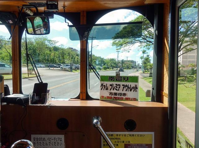 赤いシャトルバスの車内 9_edit