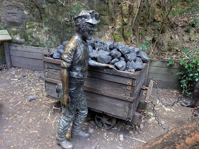 炭鉱夫と石炭を運ぶ馬のブロンズ像 3_edit