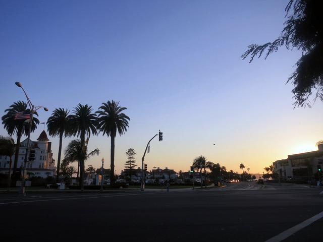 夕暮れ時の Orange Ave & Rh Dana Pl の交差点 1_edit
