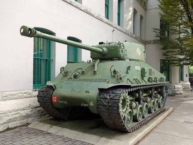 Dunsmuir St と Beatty St の交差点の戦車_edit