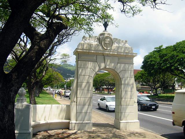 ハワイ大学正門の石柱_edit
