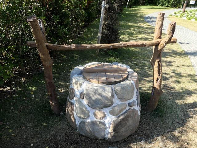 ムーミン屋敷前の井戸_edit