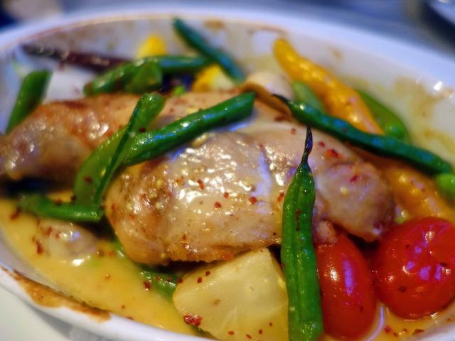 ウサギモモ肉のコンフィと季節野菜のオーブン焼き 2_edit