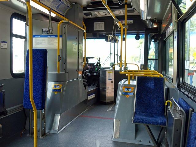 市バスの車内 5_edit