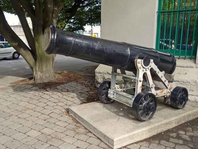 Dunsmuir St と Beatty St の交差点の大砲_edit