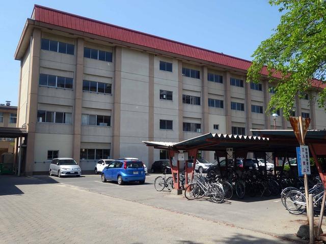 駐輪場と教室棟 2_edit