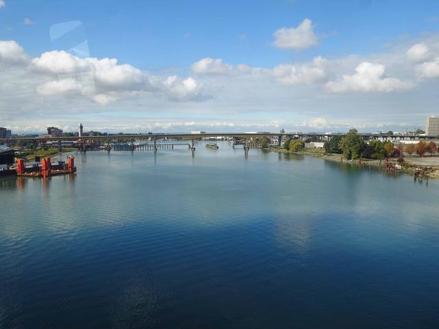 スカイトレイン車内からフレーザー川を望む 2_edit
