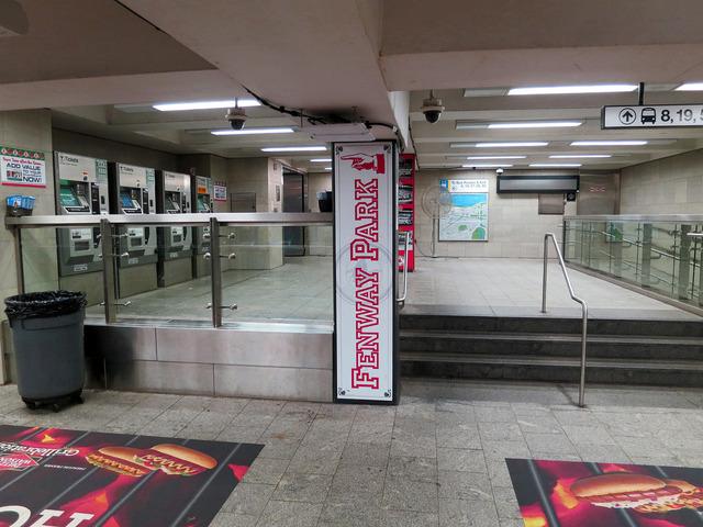 Kenmore 駅構内のFenway Park 案内板 1_edit